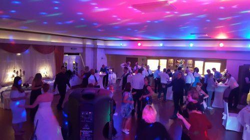 Gäste am tanzen auf einer Grünen Hochzeit